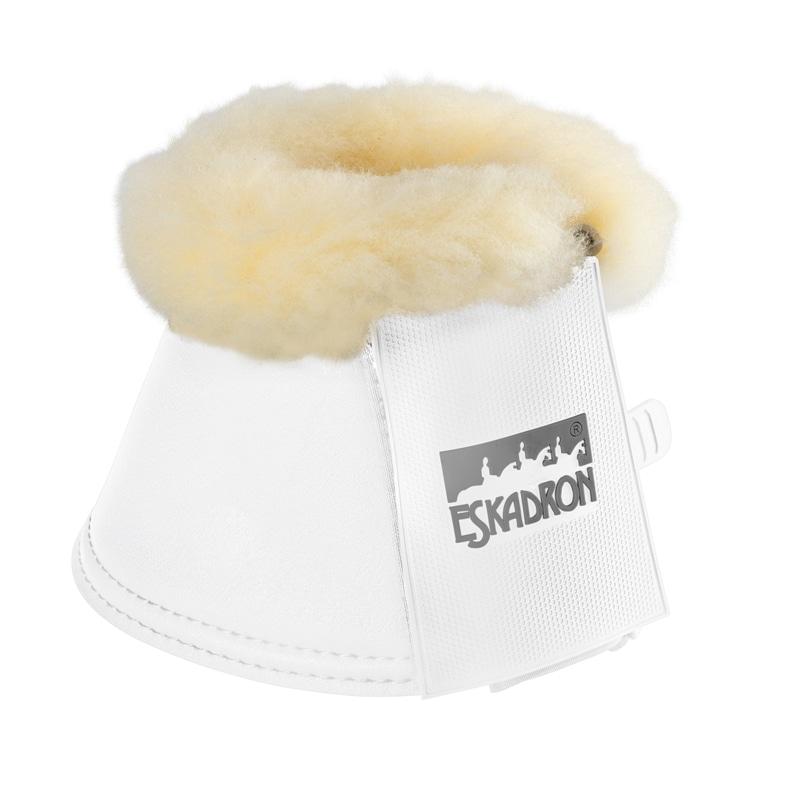 Vita boots i konstmaterial med fårskinnskant från Eskadron Hogsta Ridsport.
