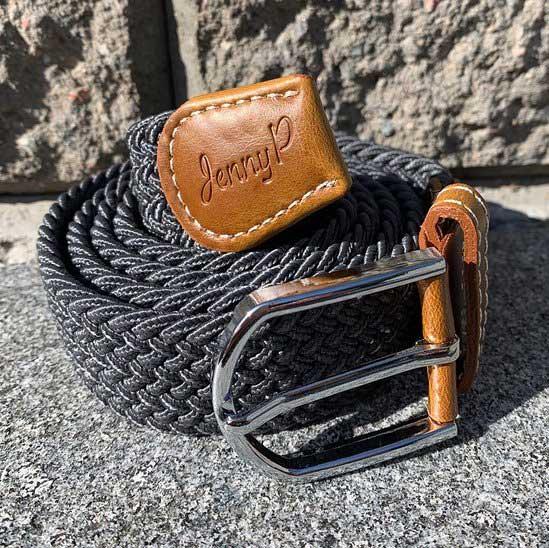 Grafitgrått elastiskt skärp med bruna läderdetaljer från Jenny P Hogsta Ridsport.