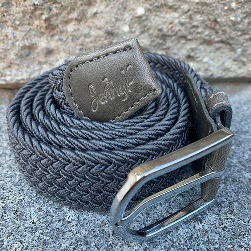 Grått elastiskt skärp med grå läderdetaljer från Jenny P Hogsta Ridsport.