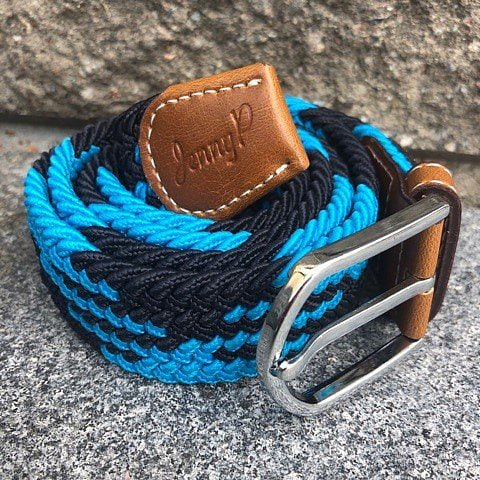 Elastiskt skärp i turkos och mörkblått  med bruna läderdetaljer från Jenny P Hogsta Ridsport.