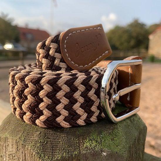 Brun och beigemelerat elastiskt skärp med bruna läderdetaljer från Jenny P Hogsta Ridsport.