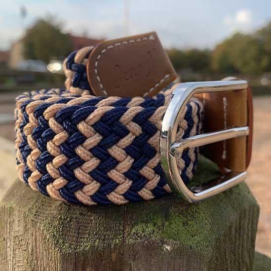 Elastiskt skärp i marin och beige med bruna läderdetaljer från Jenny P Hogsta Ridsport.