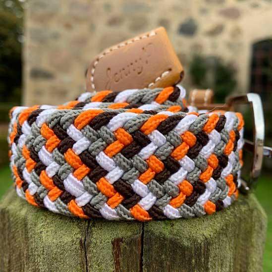 Elastiskt skärp i orange vitt grått och brunt med bruna läderdetaljer från Jenny P Hogsta Ridsport.