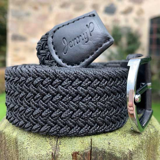 Svart elastiskt skärp med svarta läderdetaljer från Jenny P Hogsta Ridsport.