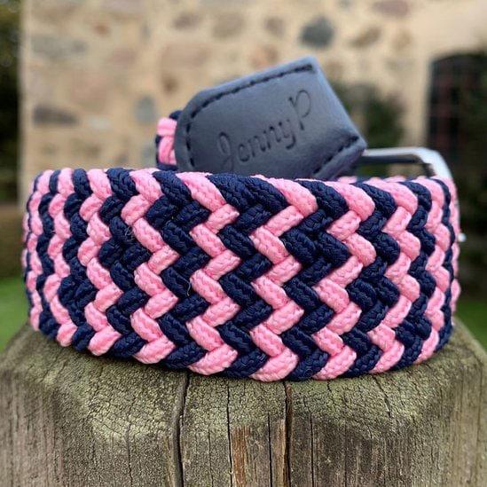 Elastiskt skärp i marin och rosa med marinblå läderdetaljer från Jenny P Hogsta Ridsport.