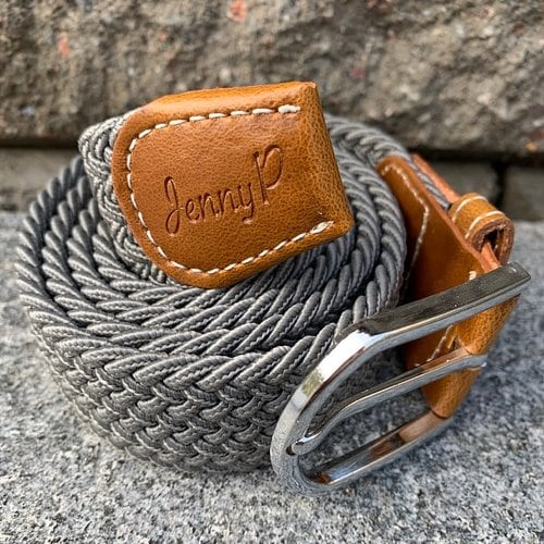 Grått elastiskt skärp med bruna läderdetaljer från Jenny P Hogsta Ridsport.