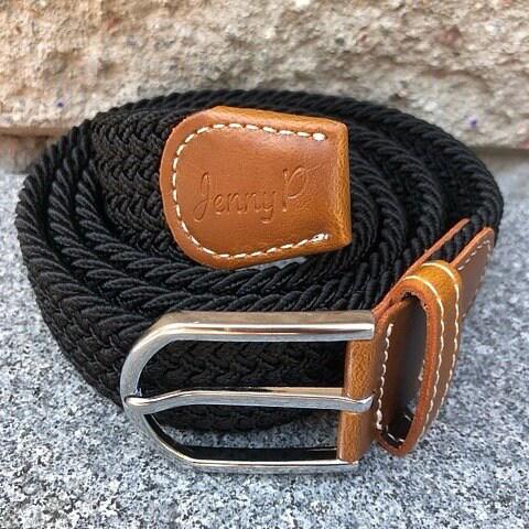 Svart elastiskt skärp med bruna läderdetaljer från Jenny P Hogsta Ridsport.