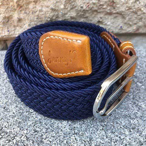 Marinblått elastiskt skärp med bruna läderdetaljer från Jenny P Hogsta Ridsport.