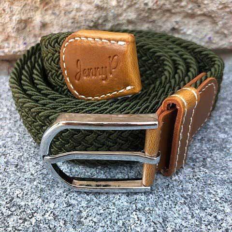 Militärgrönt elastiskt skärp med bruna läderdetaljer från Jenny P Hogsta Ridsport.