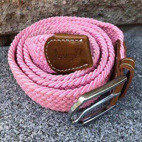 Rosa elastiskt skärp med bruna läderdetaljer från Jenny P Hogsta Ridsport.