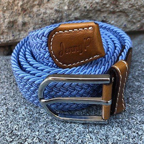 Ljusblått elastiskt skärp med bruna läderdetaljer från Jenny P Hogsta Ridsport.