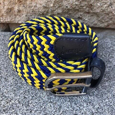 Elastiskt skärp i gult och blått med marinblå läderdetaljer från Jenny P Hogsta Ridsport.