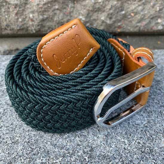 Petrolgrönt elastiskt skärp med bruna läderdetaljer från Jenny P Hogsta Ridsport.