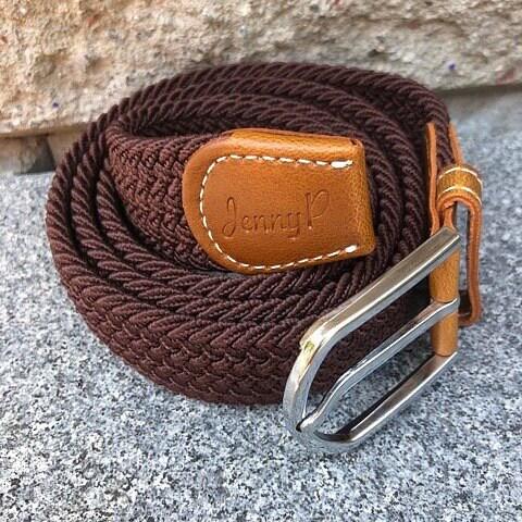 Brunt elastiskt skärp med bruna läderdetaljer från Jenny P Hogsta Ridsport.