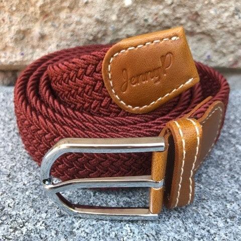 Vinrött elastiskt skärp med bruna läderdetaljer från Jenny P Hogsta Ridsport.
