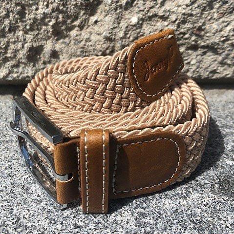 Beiget elastiskt skärp med bruna läderdetaljer från Jenny P Hogsta Ridsport.