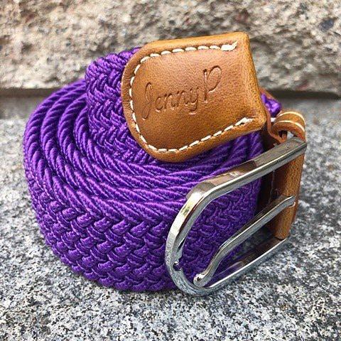 Lila elastiskt skärp med bruna läderdetaljer från Jenny P Hogsta Ridsport.