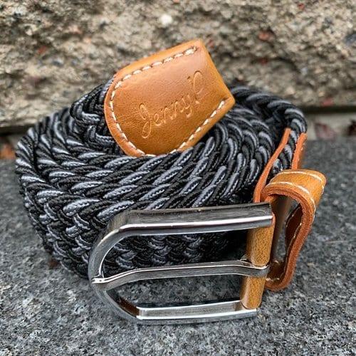 Gråmelerat elastiskt skärp med bruna läderdetaljer från Jenny P Hogsta Ridsport.